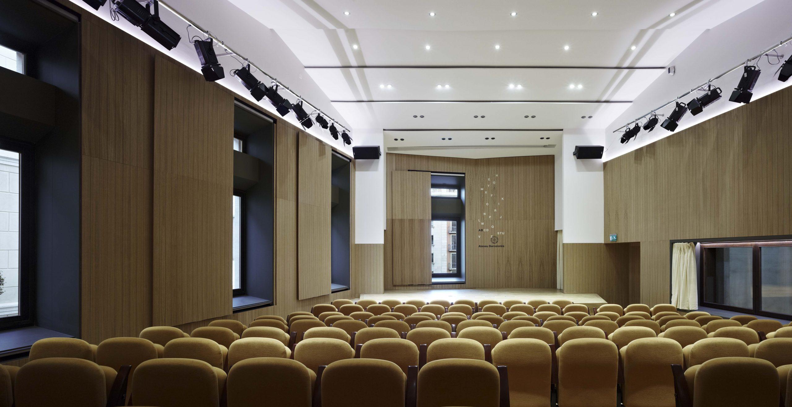 Vista frontal de la sala d'actes